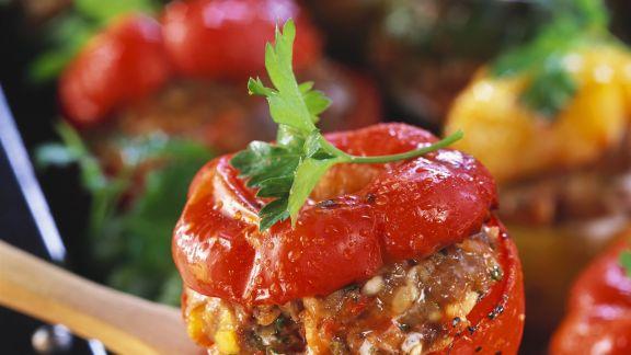 Rezept: Paprika mit Hackfüllung und Tomatensoße