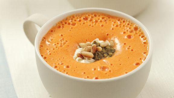 Rezept: Paprikacremesuppe mit Schmand und Pesto