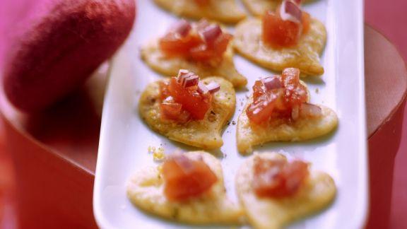 Rezept: Parmesan-Herzkekse mit Tomatensalsa
