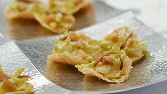 Rezept: Parmesancracker mit Cesar Salat