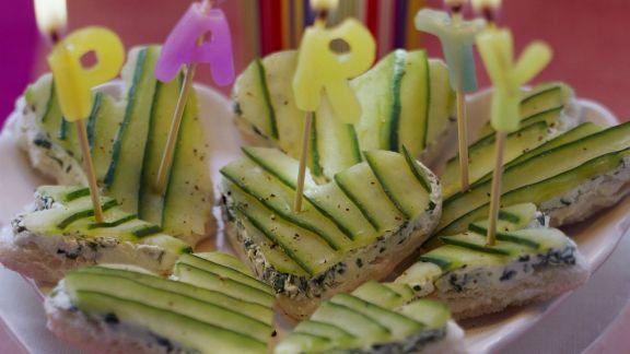 Rezept: Partyhäppchen: Weißbrotherzen mit Frischkäse und Gurke