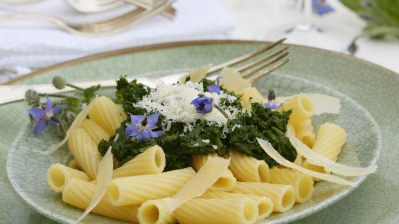 Rezept: Pasta mit Borretschsoße und Parmesan