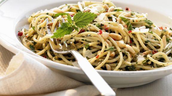 Rezept: Pasta mit Brennnesseln und Pinienkernen