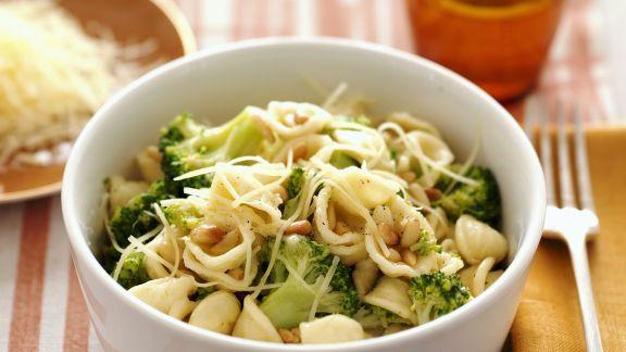 Rezept: Pasta mit Broccoli, Käse und Pinienkernen