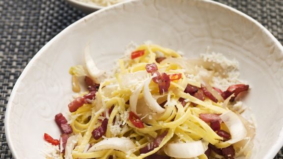 Rezept: Pasta mit Chili, Speck und Chicorée