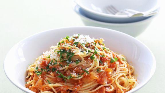Rezept: Pasta mit Chili-Tomaten-Soße und luftgetrocknetem Schinken (Pancetta)