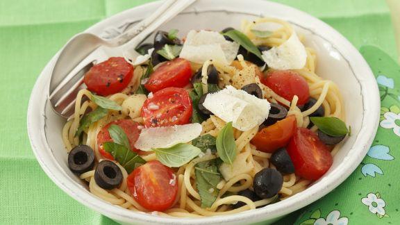 Rezept: Pasta mit Cocktailtomaten, Oliven und Parmesan