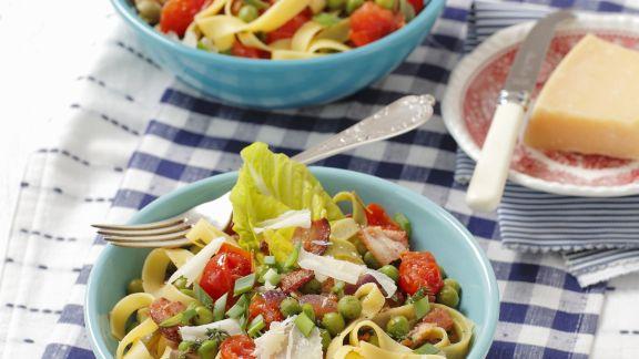 Rezept: Pasta mit Erbsen, Tomaten und luftgetrocknetem Schinken (Pancetta)