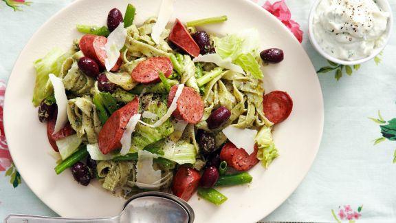 Rezept: Pasta mit Frischkäsesoße, Wurst, Oliven und Pesto
