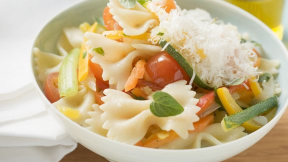 Rezept: Pasta mit Frühlingsgemüse und geriebenem Käse