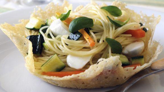 Rezept: Pasta mit frühlingshafter Soße (Primavera) im Parmesannest