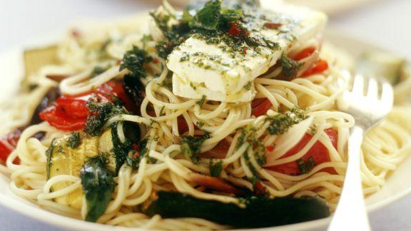 Rezept: Pasta mit Gemüse, Ziegenkäse und Minze