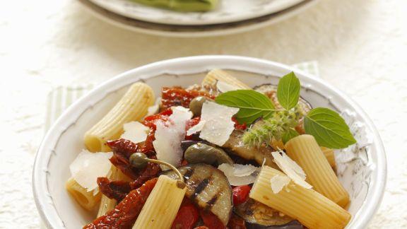 Rezept: Pasta mit getrockneten Tomaten, Auberginen und Kapern