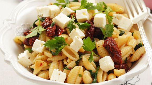 Rezept: Pasta mit getrockneten Tomaten, Feta und Petersilie