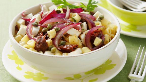 Rezept: Pasta mit glasierten Zwiebeln, getrockneten Tomaten, Oliven und Schafskäse