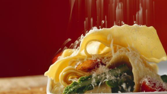 Rezept: Pasta mit grünem Spargel, Schinken und Parmesan