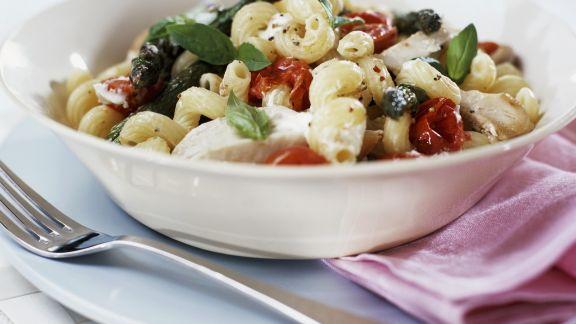 Rezept: Pasta mit grünem Spargel, Tomaten und Hähnchen
