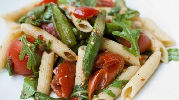 Rezept: Pasta mit grünem Spargel und Tomaten