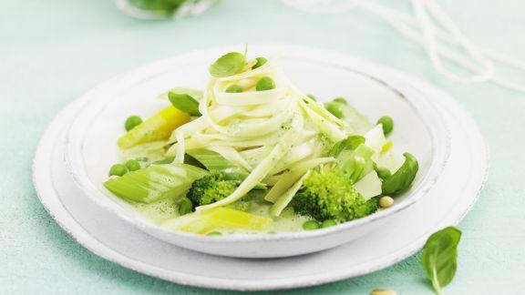 Rezept: Pasta mit grüner Gemüsesoße und Kräutern