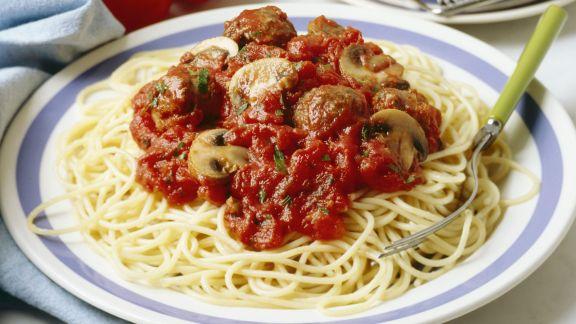 Rezept: Pasta mit Hackbällchen, Pilzen und Tomatensugo