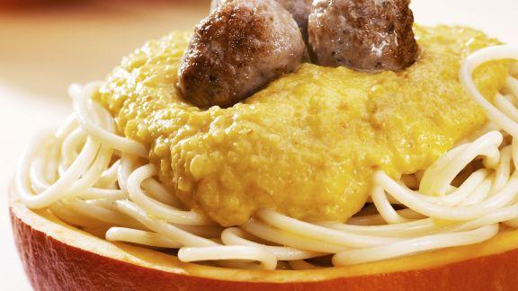 Rezept: Pasta mit Kürbissoße und Hackfleischbällchen