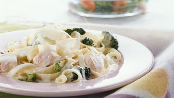 Rezept: Pasta mit Lachs-Sahne-Soße und Brokkoli