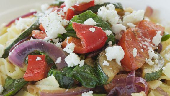 Rezept: Pasta mit mediterranem Gemüse und Schafskäse