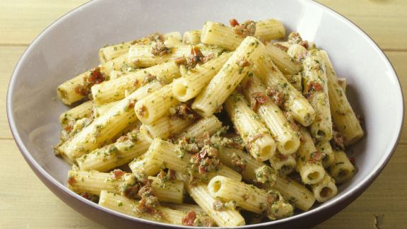 Rezept: Pasta mit Nuss-Tomaten-Pesto