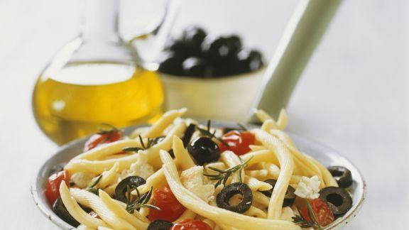Rezept: Pasta mit Oliven, Schafskäse und Kirschtomaten