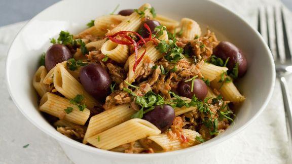 Rezept: Pasta mit Oliven, Tomatensugo und Thunfisch