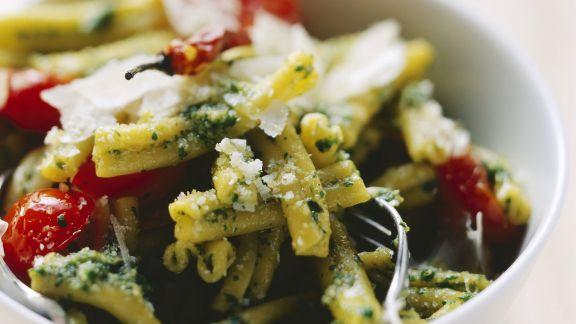 Rezept: Pasta mit Pesto aus Kopfsalat und Kirschtomaten