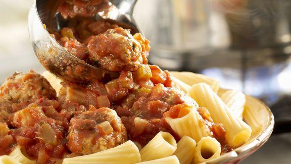 Rezept: Pasta mit Putenhackbällchen in Tomatensauce