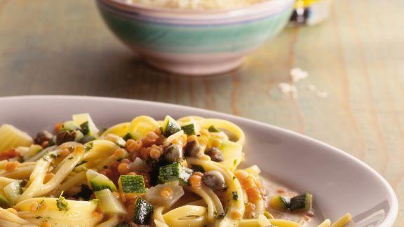 Rezept: Pasta mit roten Linsen, Kapern und Zucchini