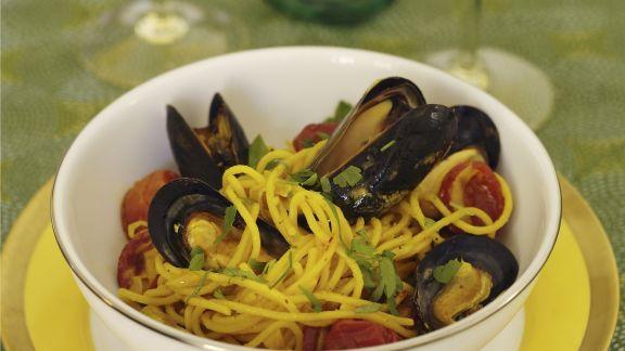 Rezept: Pasta mit Safran, Miesmuscheln und scharfer spanischer Wurst (Chorizo)