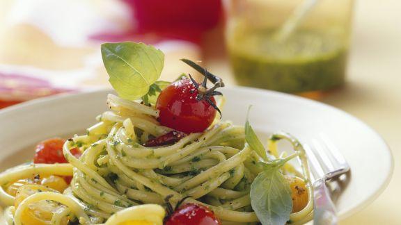 Rezept: Pasta mit Salat-Pesto und Cherrytomaten
