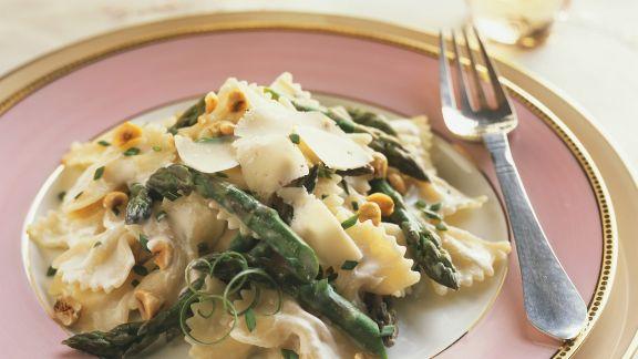 Rezept: Pasta mit Spargel, Haselnüssen und Mascarponesoße