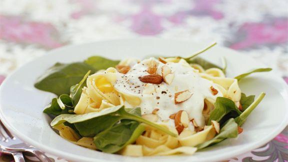 Rezept: Pasta mit Spinat, Mandeln und Schmand