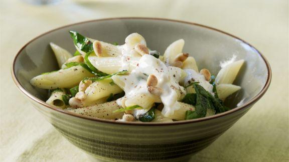 Rezept: Pasta mit Spinat, Pinienkernen und Ziegenfrischkäse