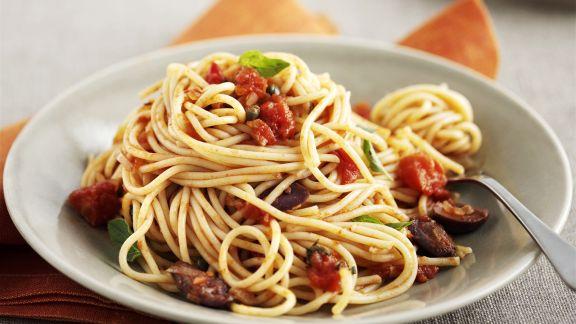 Rezept: Pasta mit Tomaten, Oliven und Kapern