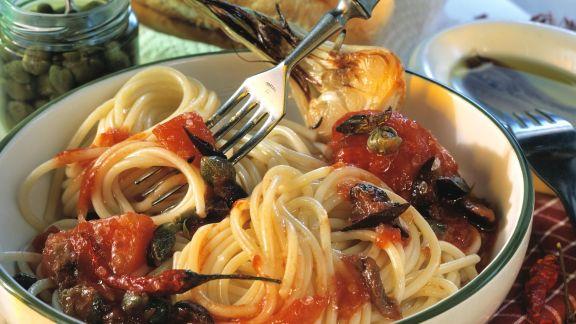 Rezept: Pasta mit Tomaten, Sardellenfilets und Kapern