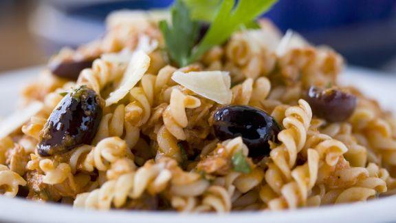 Rezept: Pasta mit Tomatensoße und großen Oliven