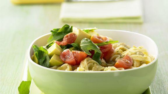 Rezept: Pasta mit Walnuss-Pesto und Avocado