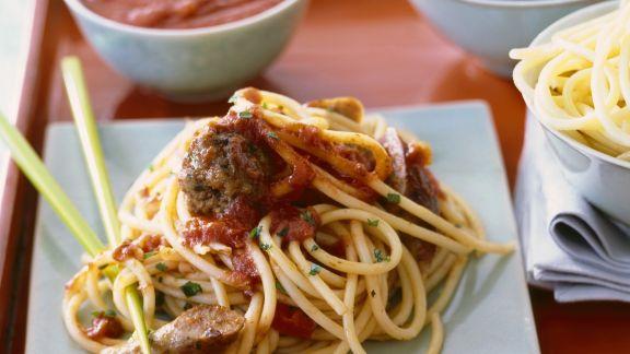 Rezept: Pasta mit Würstchen, Hackklößchen und Kapern-Tomatensoße