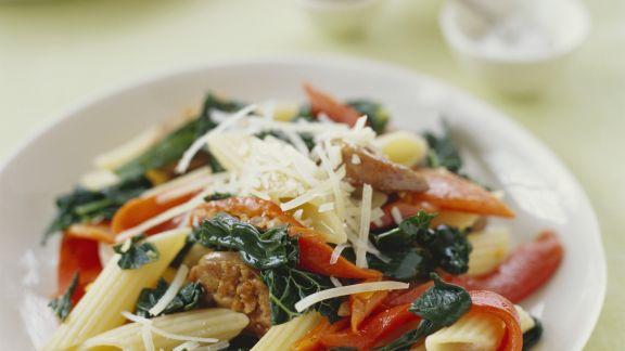 Rezept: Pasta mit Würstchen, Strunkkohl, Paprika und Käse