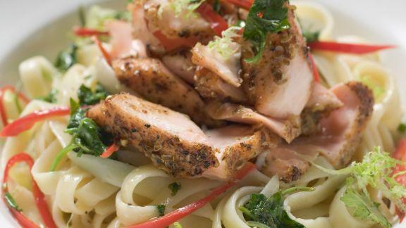 Rezept: Pasta mit würzigem Pfeffer-Lachsfilet und Paprika