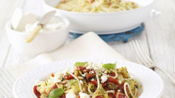 Rezept: Pasta mit Zucchini, getrockneten Tomaten und Feta