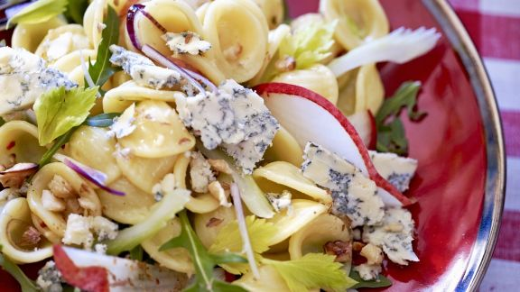 Rezept: Pastasalat mit Blauschimmelkäse, Rucola und Nüssen