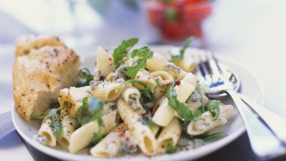 Rezept: Pastasalat mit Blauschimmelkäse und Rucola