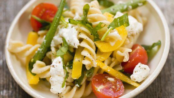 Rezept: Pastasalat mit Bohnen, Feta und Tomaten