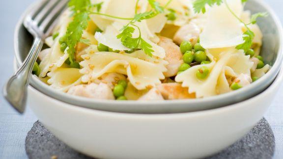 Rezept: Pastasalat mit Hühnchen, Erbsen, Parmesan und Sesam